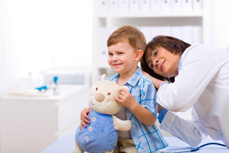 Arts die kind onderzoekt stock foto