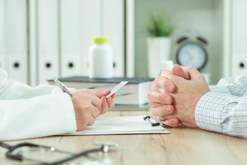 Arts die medische verzekeringskaart van pati?nt nemen stock fotografie