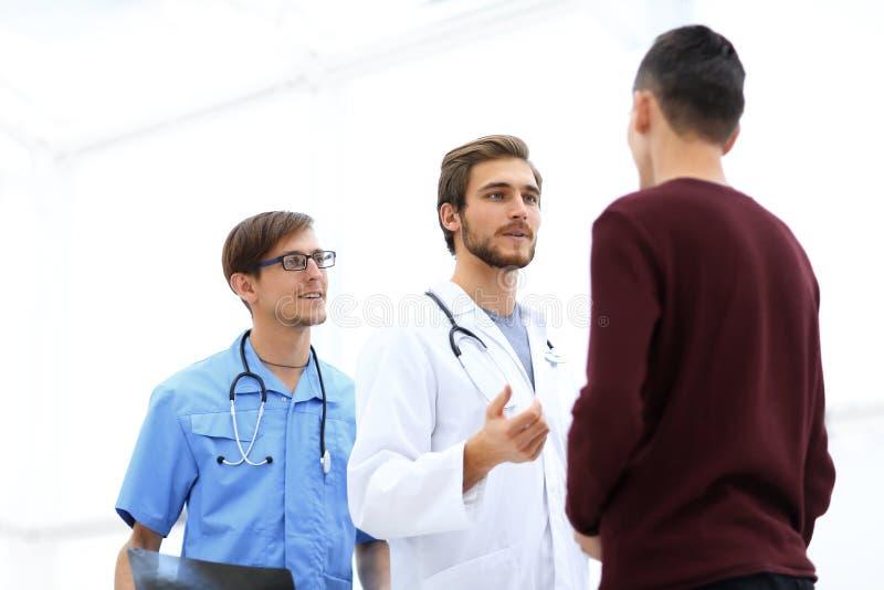 Arts die met de patiënt spreken royalty-vrije stock afbeelding