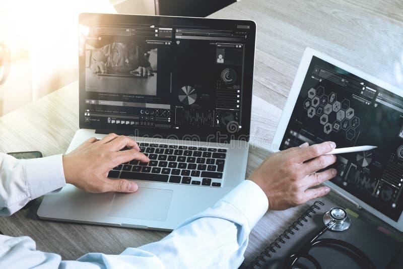 Arts die met digitale tablet en laptop computer met smar werken stock foto