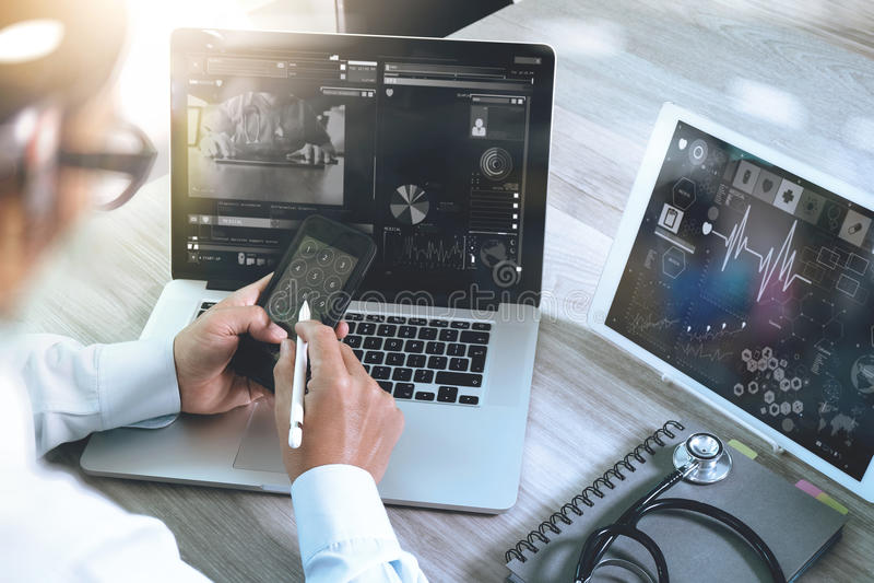Arts die met digitale tablet en laptop computer met smar werken stock afbeelding