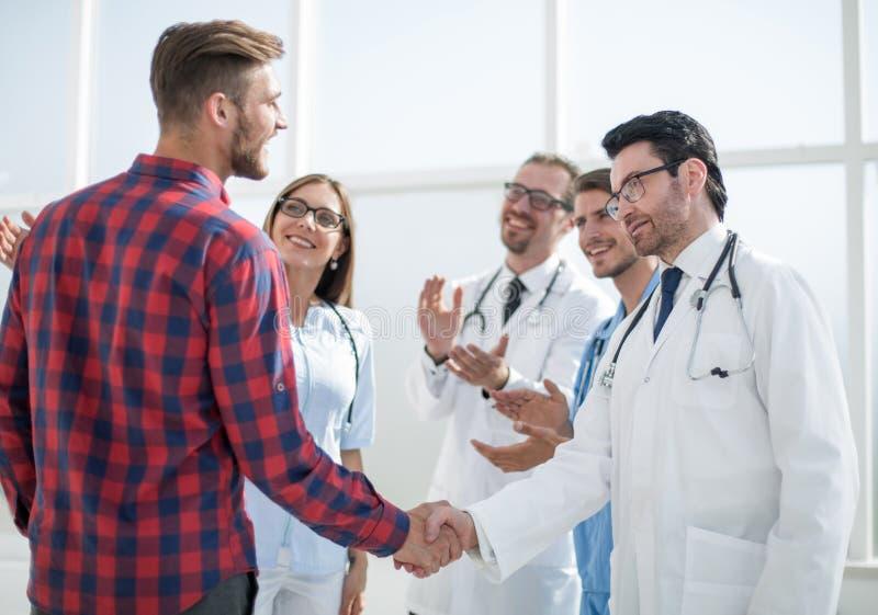 Arts die met een kerel, het schudden handen spreken royalty-vrije stock foto