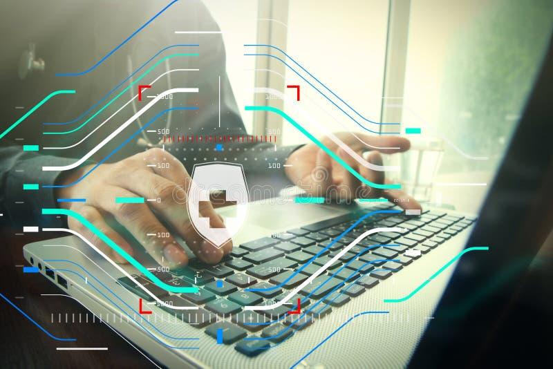 Arts die met laptop computer in medisch werkruimtebureau werken stock foto