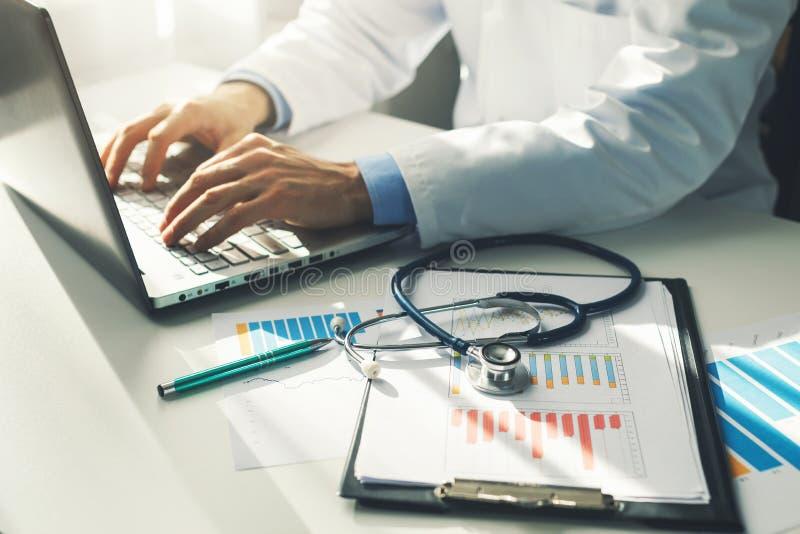 Arts die met medische statistieken en financiële verslagen werken royalty-vrije stock afbeelding