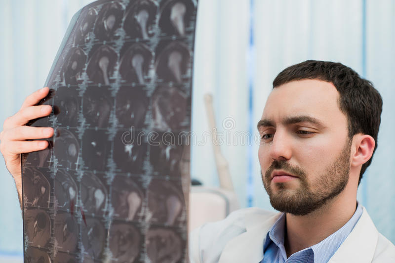 Arts die MRI-aftasten bekijken op zijn kantoor royalty-vrije stock fotografie