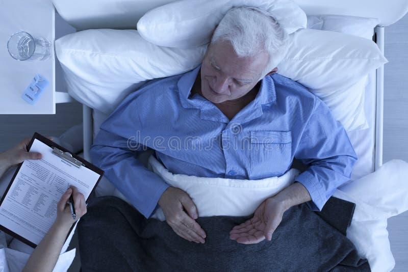 Arts die nota's van patiënt nemen royalty-vrije stock foto's