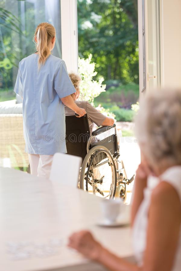 Arts die oudere dame helpen stock foto