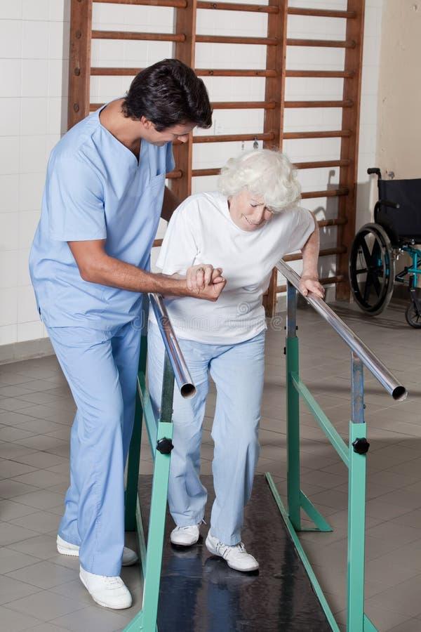 Arts die Patiënt helpen stock fotografie