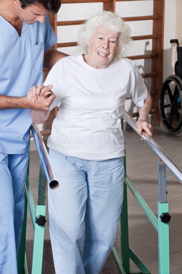 Arts die Patiënt helpen stock afbeelding