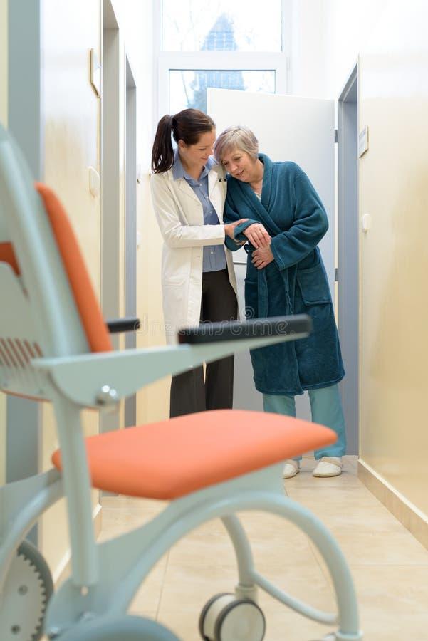 Arts die patiënt helpt stock foto