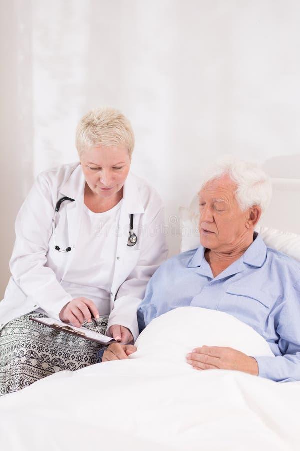 Arts die patiënt interviewen vóór verrichting stock fotografie