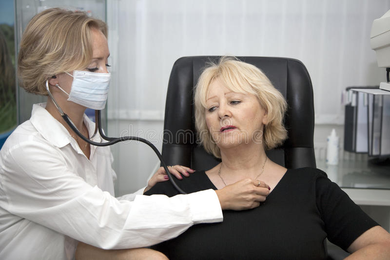 Arts, die patiënt onderzoekt stock foto
