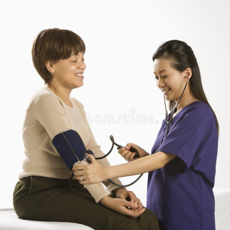 Arts die patiënt onderzoekt. stock fotografie