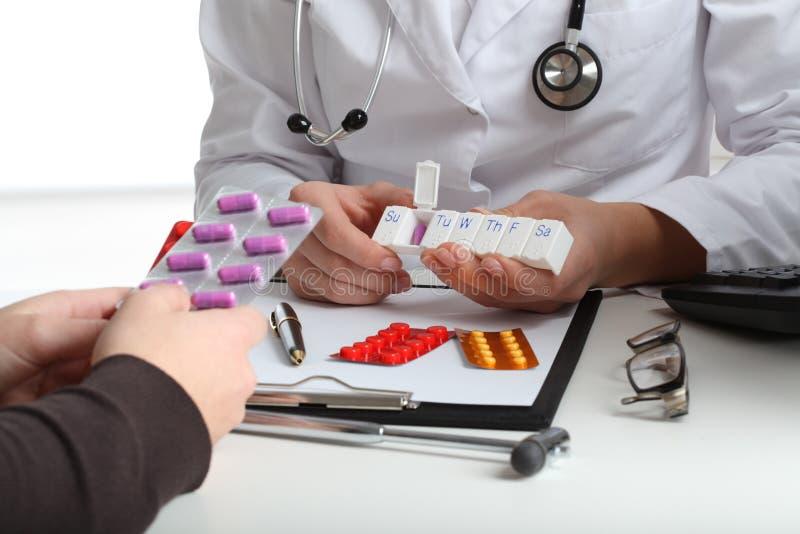 Arts die pillen geven aan patiënt royalty-vrije stock fotografie