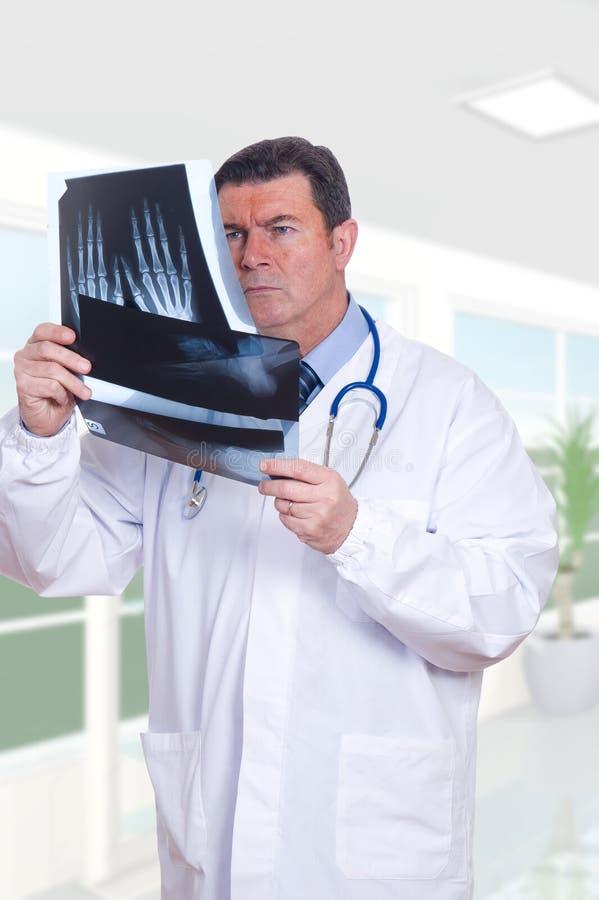 Arts die x-ray kijkt royalty-vrije stock afbeelding