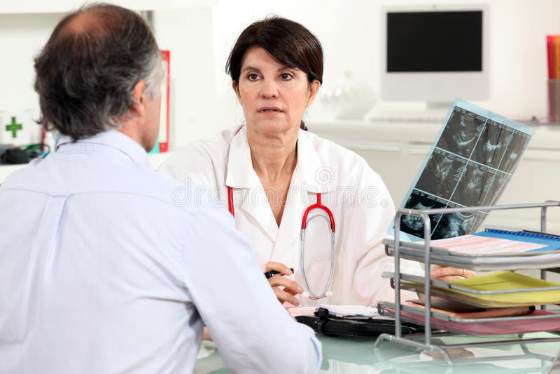Arts die x-ray resultaten voorstellen stock foto