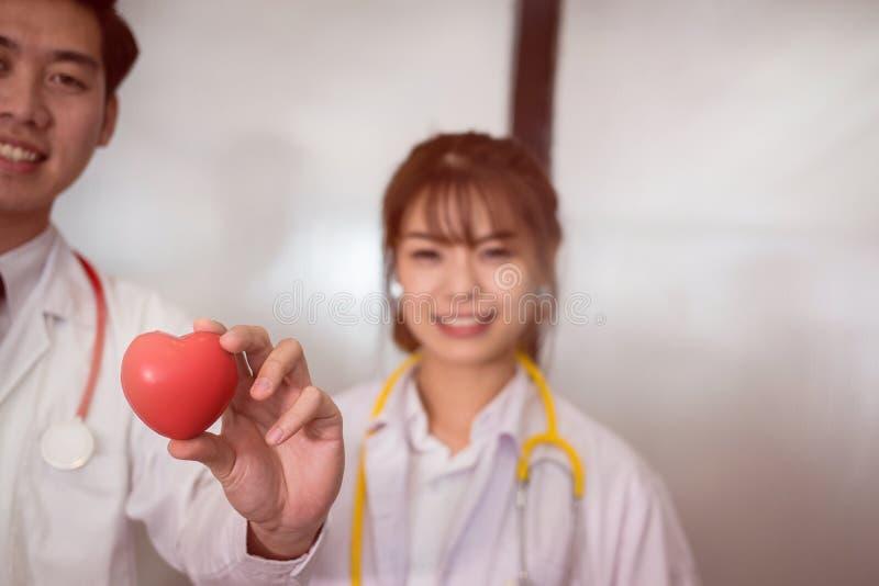 Arts die rood hart houden bij het ziekenhuis medisch, gezondheidszorg, cardi stock fotografie