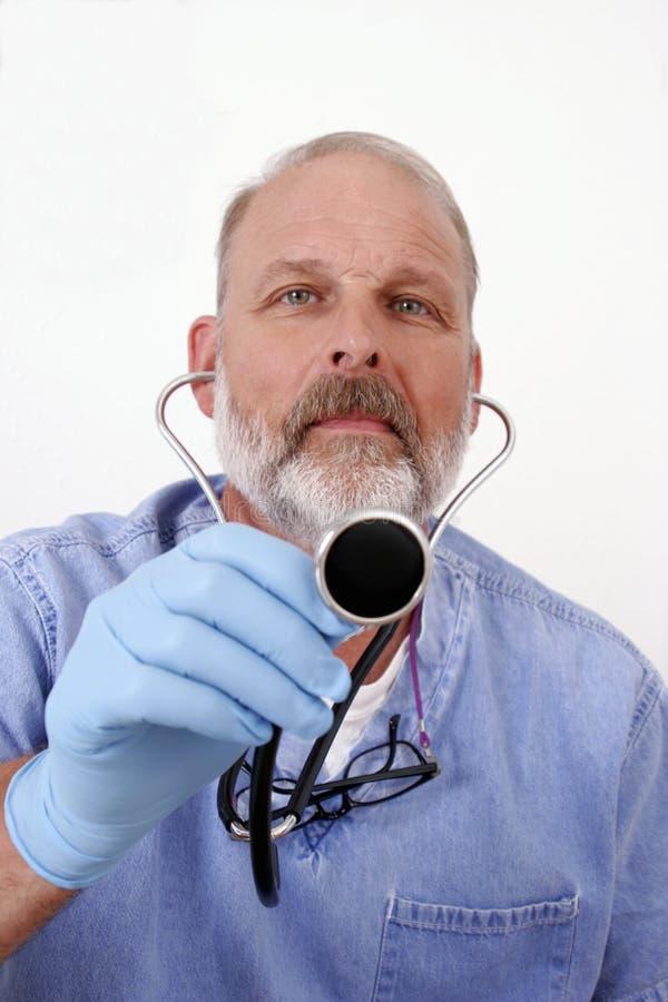 Arts die stethoscoop met behulp van royalty-vrije stock afbeeldingen