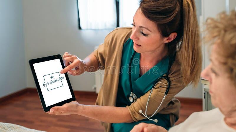 Arts die tablet tonen aan hogere patiënt royalty-vrije stock fotografie