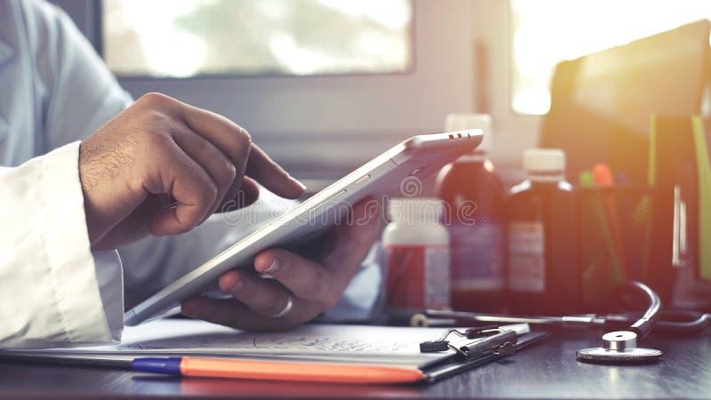 Arts die touchscreen dicht omhoog geschotene tablet gebruiken stock foto