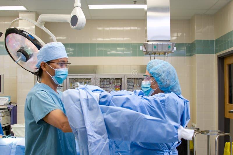 Arts die voor chirurgie kleedt royalty-vrije stock foto's