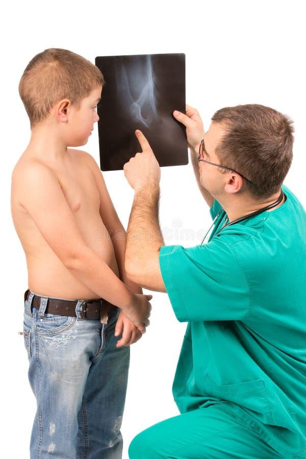 Arts die weinig jongen in het ziekenhuis onderzoeken stock foto's