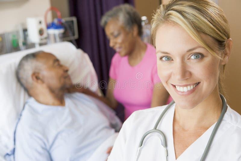 Arts die zich in de Zaal van Patiënten bevindt royalty-vrije stock foto