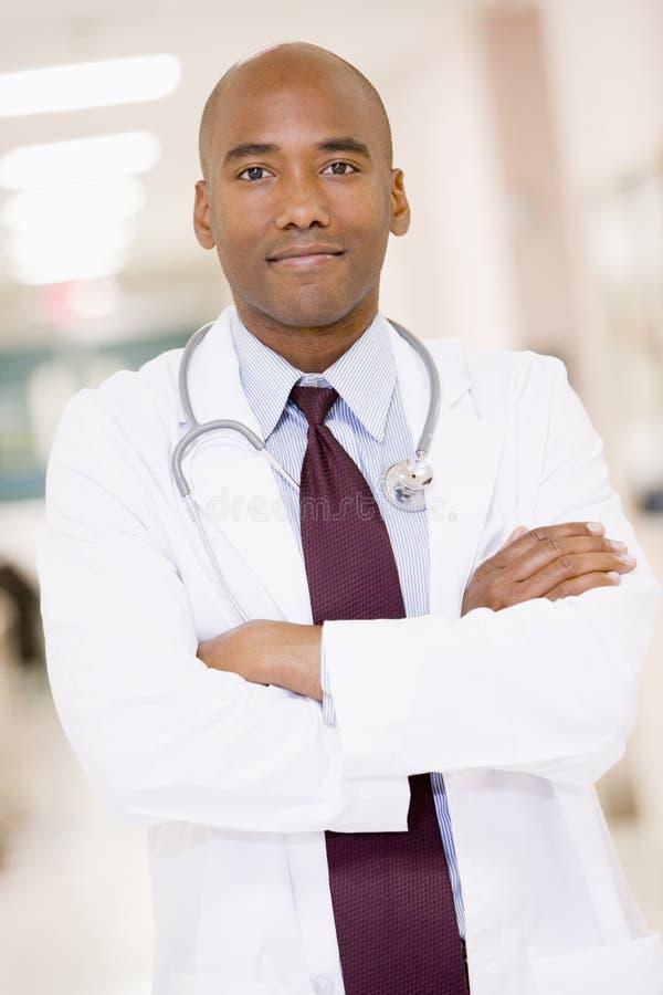 Arts die zich in een Gang van het Ziekenhuis bevindt stock foto's