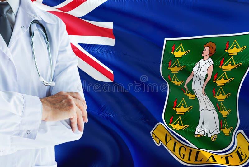 Arts die zich met stethoscoop op de Britse Maagdelijke achtergrond van de Eilandenvlag bevinden Het nationale concept van het gez royalty-vrije stock foto