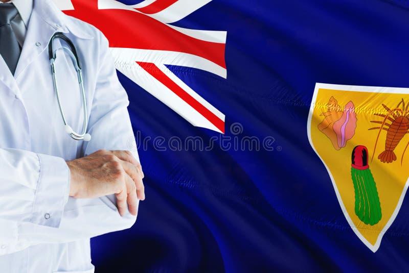 Arts die zich met stethoscoop op Turken en Caicos de achtergrond van de Eilandenvlag bevinden Het nationale concept van het gezon stock afbeeldingen