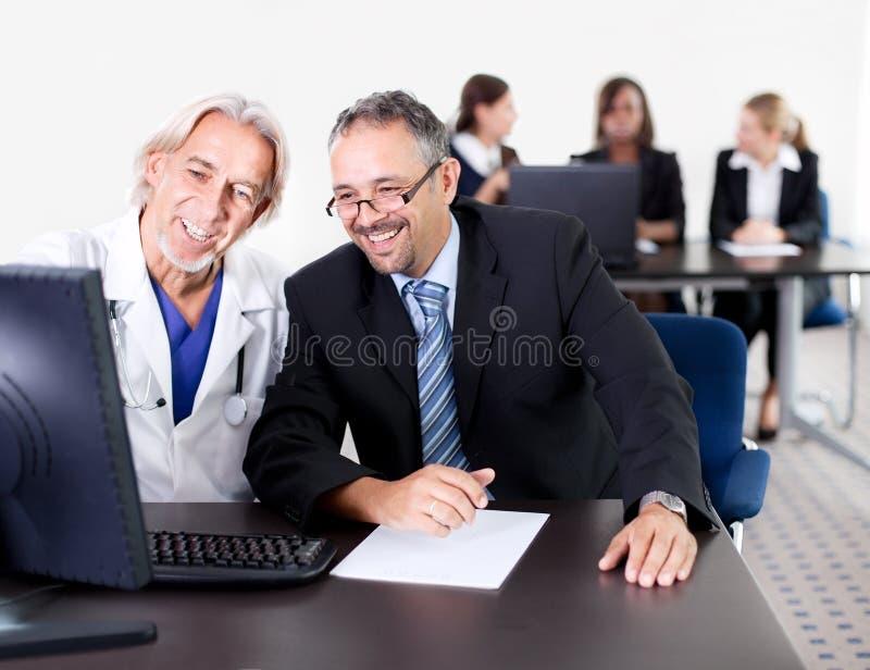 Arts die zijn patiënt een voorschrift toont royalty-vrije stock afbeeldingen