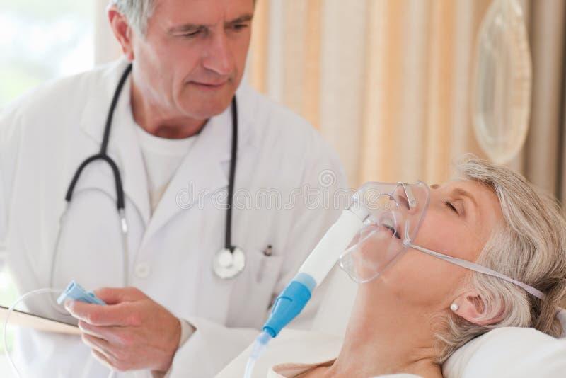 Arts die zijn patiënt onderzoekt royalty-vrije stock foto's