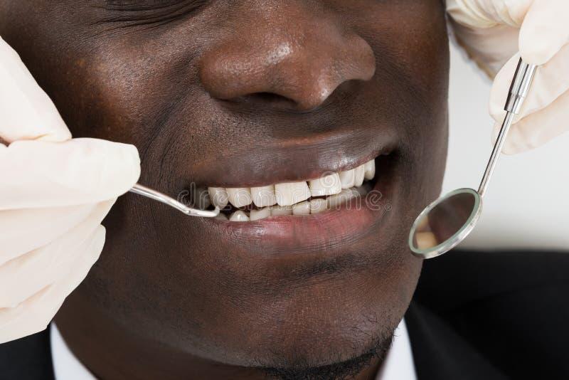 Arts Doing Dental Check omhoog van Patiënt stock afbeeldingen
