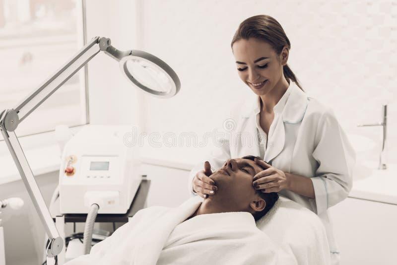 Arts Doing Dermatology Procedure in Kliniek stock fotografie