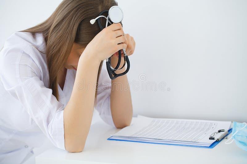 Arts Droevige of schreeuwende vrouwelijke verpleegster op het ziekenhuiskantoor royalty-vrije stock afbeeldingen