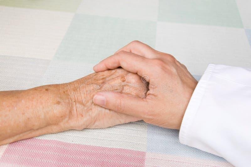 Arts en bejaarde patiënt royalty-vrije stock afbeeldingen