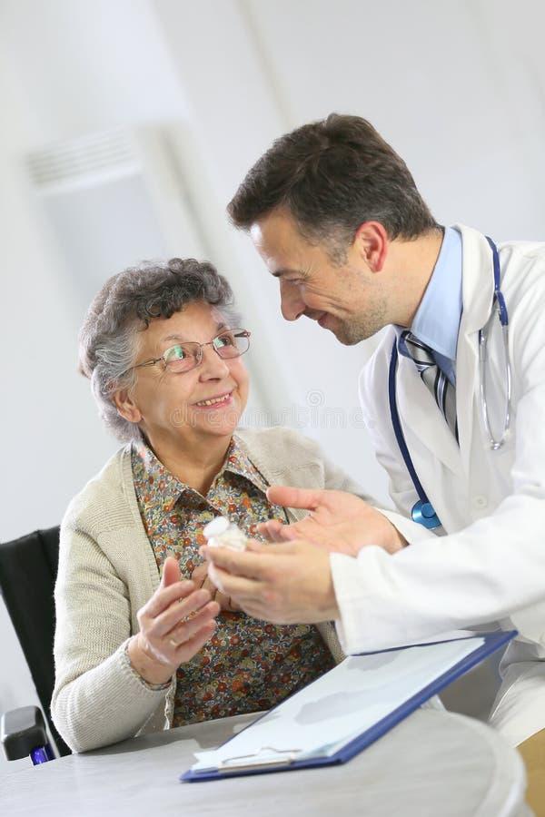Arts en hogere vrouw in overleg stock fotografie