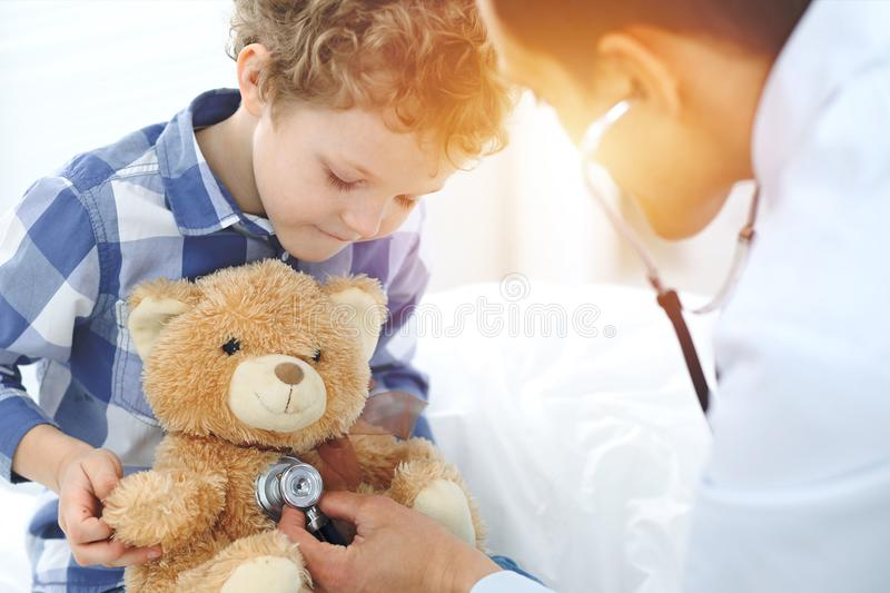 Arts en kind patiënt De arts onderzoekt weinig jongen door stethoscoop Geneeskunde en van de kinderen` s therapie concept royalty-vrije stock afbeelding