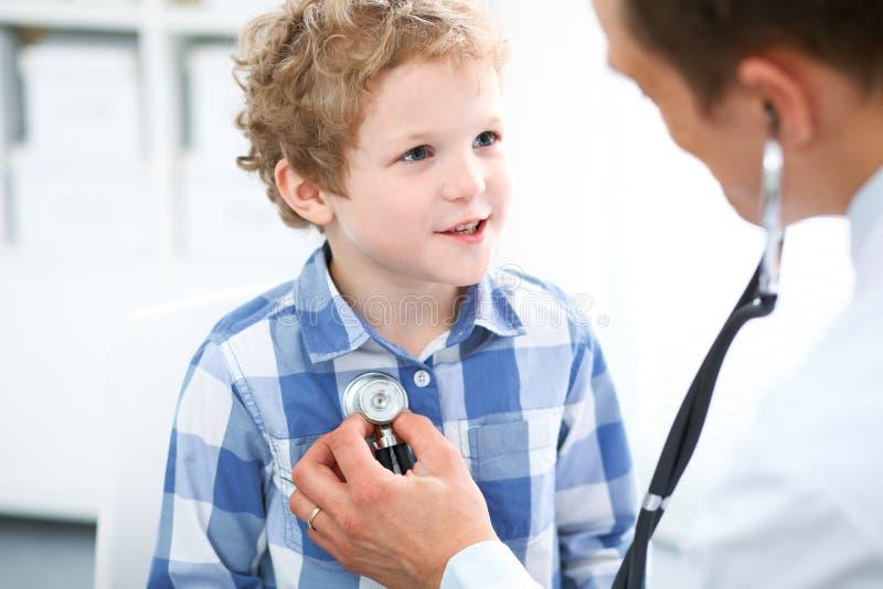 Arts en kind patiënt De arts onderzoekt weinig jongen door stethoscoop Geneeskunde en van de kinderen` s therapie concept royalty-vrije stock foto's