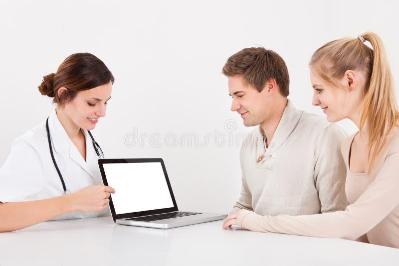 Arts en paar met laptop stock afbeelding