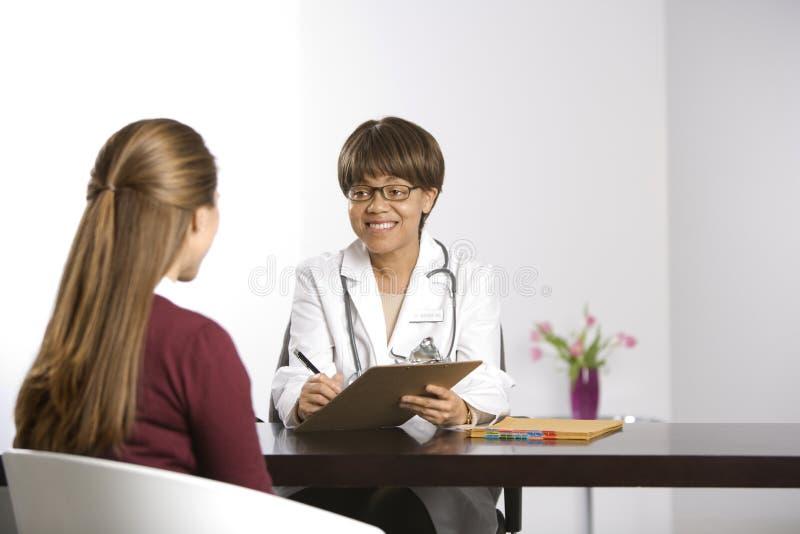 Arts en patiënt. stock afbeeldingen