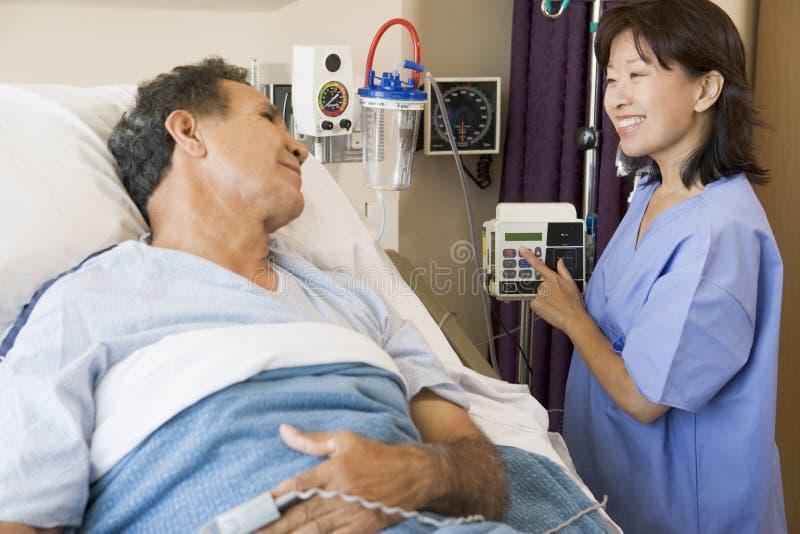 Arts en Patiënt die aan elkaar spreken stock afbeeldingen