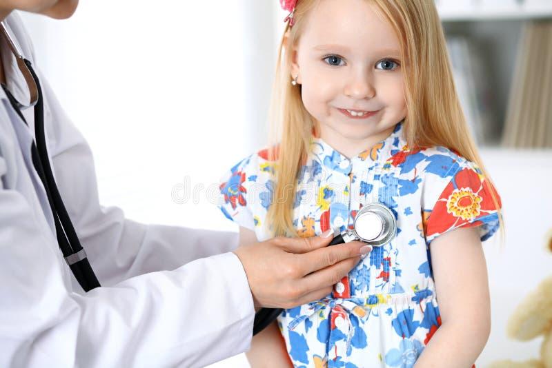 Arts en patiënt in het ziekenhuis Kind die door arts met stethoscoop worden onderzocht royalty-vrije stock afbeeldingen