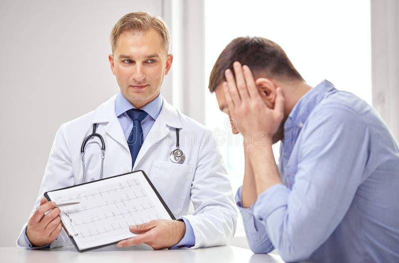 Arts en patiënt met cardiogram op klembord stock foto