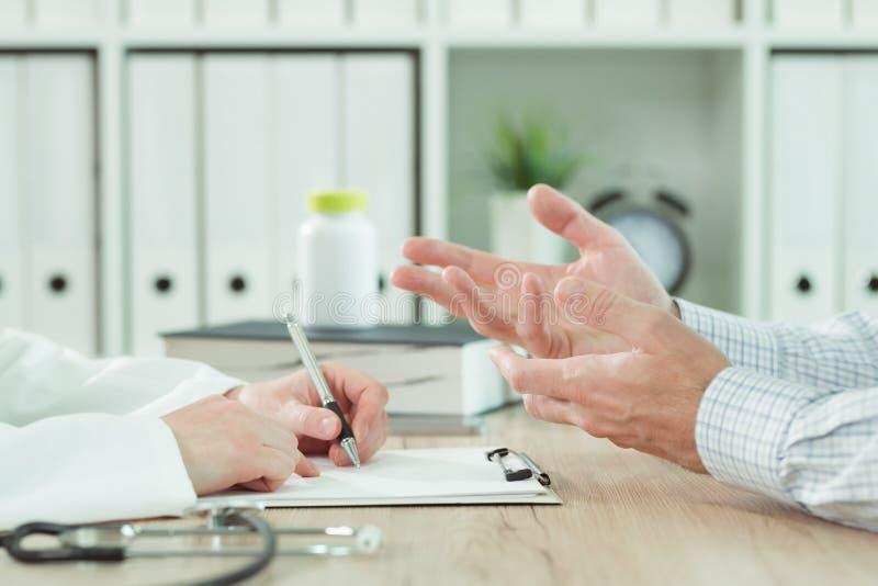 Arts en patiënt tijdens overleg in medisch bureau royalty-vrije stock fotografie