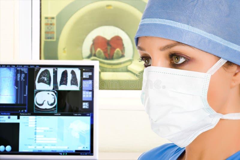 Arts en tomographic scanner in het ziekenhuis royalty-vrije stock afbeelding