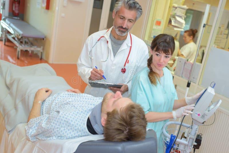 Arts en verpleegster die aan pati?nt spreken royalty-vrije stock afbeeldingen