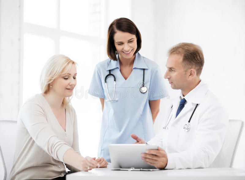 Arts en verpleegster met patiënt in het ziekenhuis stock foto's