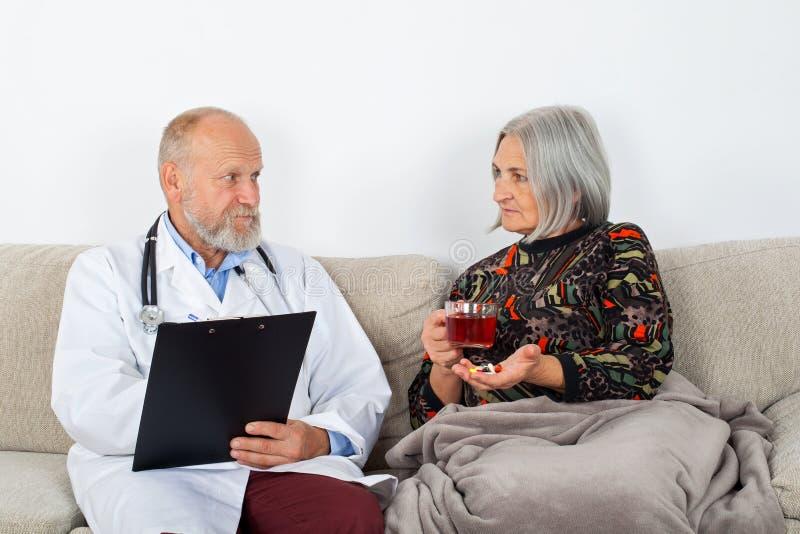 Arts en vrouwelijke patiënt royalty-vrije stock foto