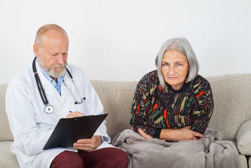 Arts en vrouwelijke patiënt royalty-vrije stock afbeelding